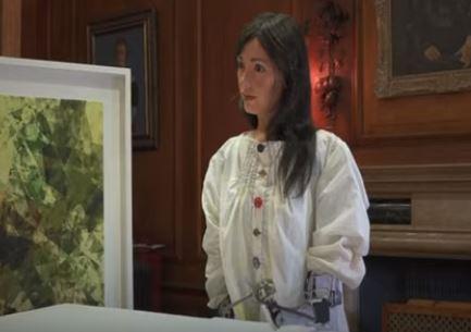 Un robot con forma de mujer que dibuja retratos se llama Ai-DA